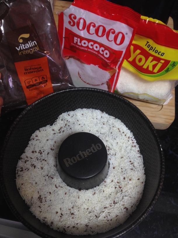 Misture os ingredientes secos ( Tapioca Granulada + Coco ralado + Linhaça)