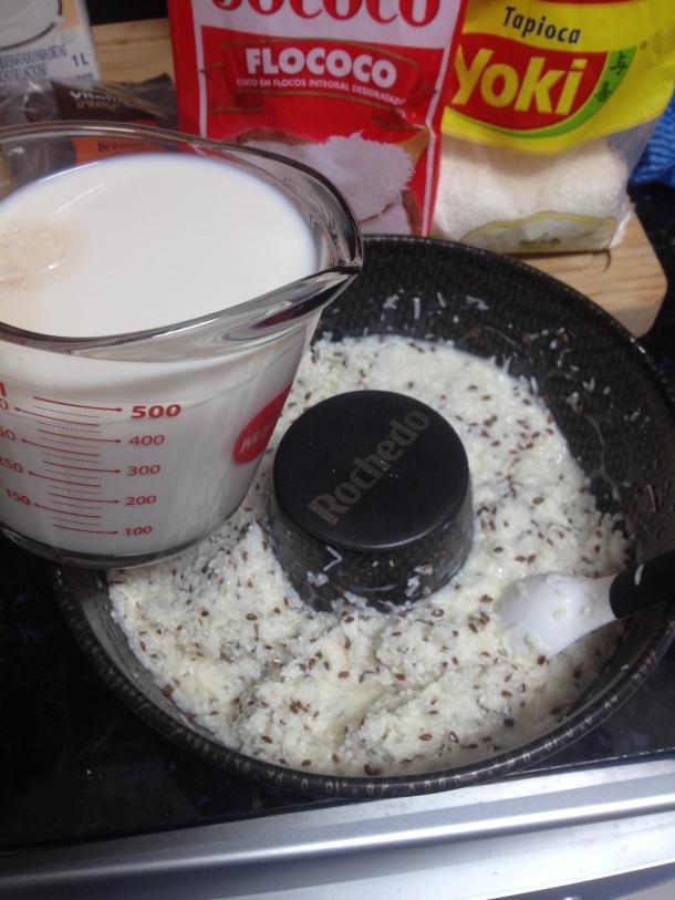 Adicione o leite quente e misture muito bem, reserve até esfriar e em seguida leve para gelar