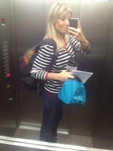 Eu, indo trabalhar com a mochila, já com a roupa do treino + marmitinha fuefa com meus lanchinhos do dia